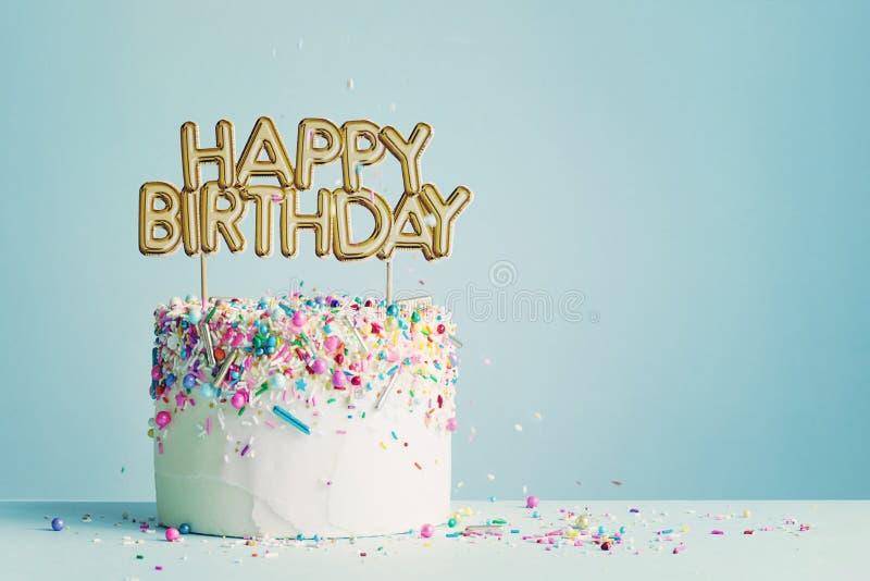 Torta de cumpleaños con pancarta de feliz cumpleaños fotografía de archivo