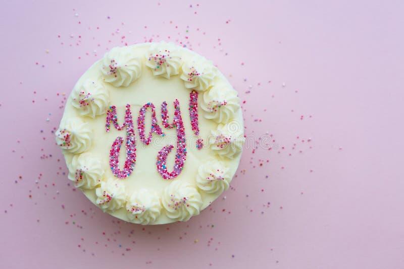 Torta de cumpleaños con yay escrito en espolvorines fotos de archivo libres de regalías