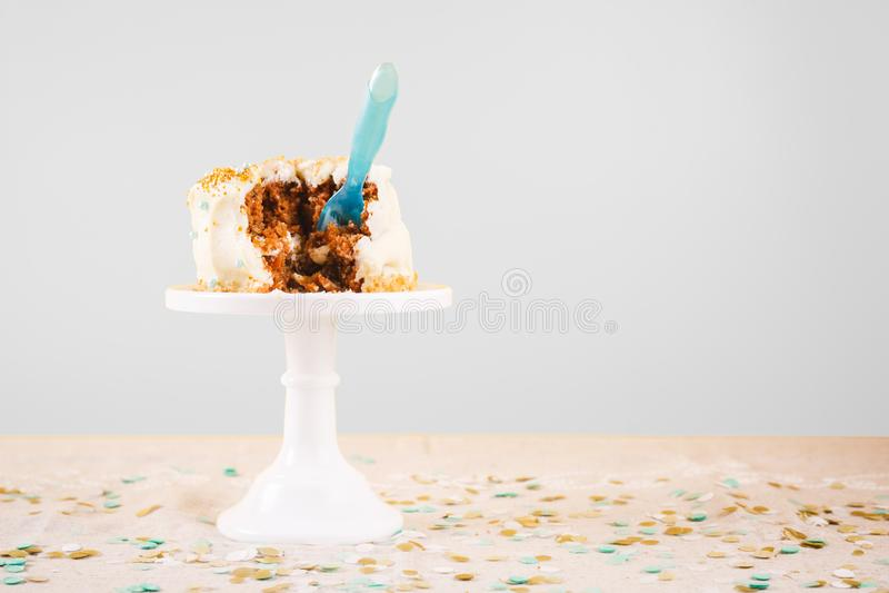 Torta de cumpleaños dañada con la cuchara Celebración de la fiesta de cumpleaños y fotos de archivo libres de regalías