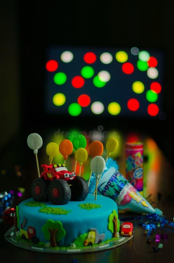 Torta de cumpleaños de los muchachos con el coche rojo imagenes de archivo