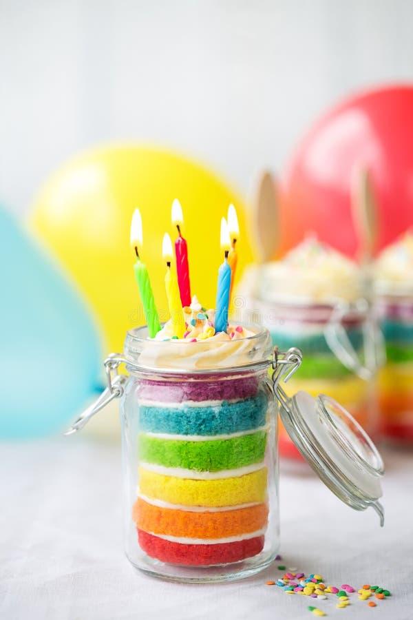 Torta de cumpleaños del arco iris en un tarro fotografía de archivo libre de regalías