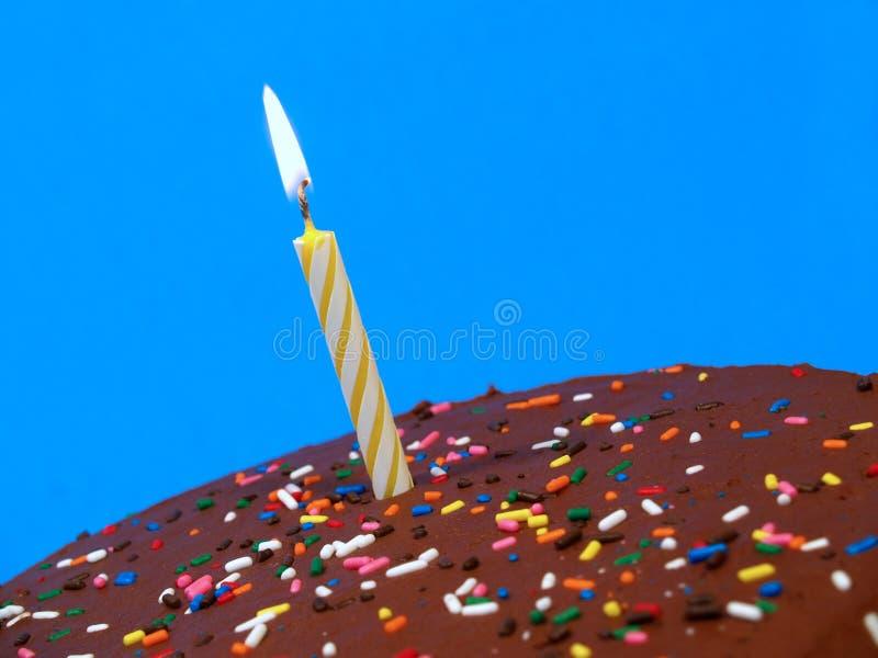 Torta de cumpleaños del chocolate con la vela foto de archivo