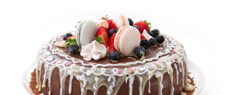 Torta de cumpleaños del chocolate de la fruta aislada en el fondo blanco fotografía de archivo libre de regalías