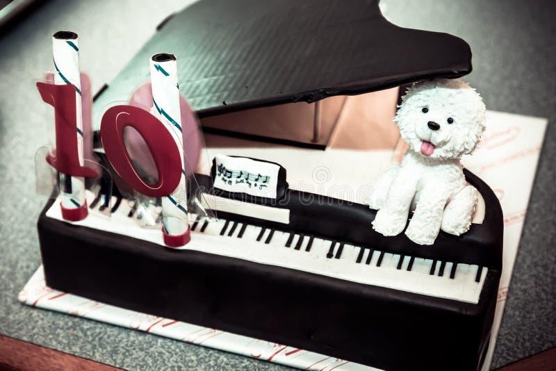 Torta de cumpleaños del piano fotografía de archivo