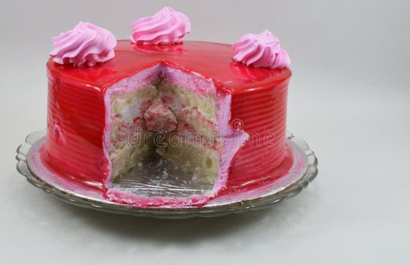 Torta de cumpleaños deliciosa de la fresa del corte aislada en el fondo blanco imagen de archivo libre de regalías