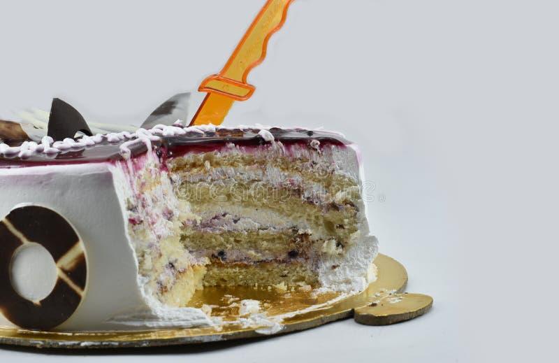 Torta de cumpleaños deliciosa del arándano, feliz cumpleaños, hora de celebrar, aislado en el fondo blanco fotografía de archivo