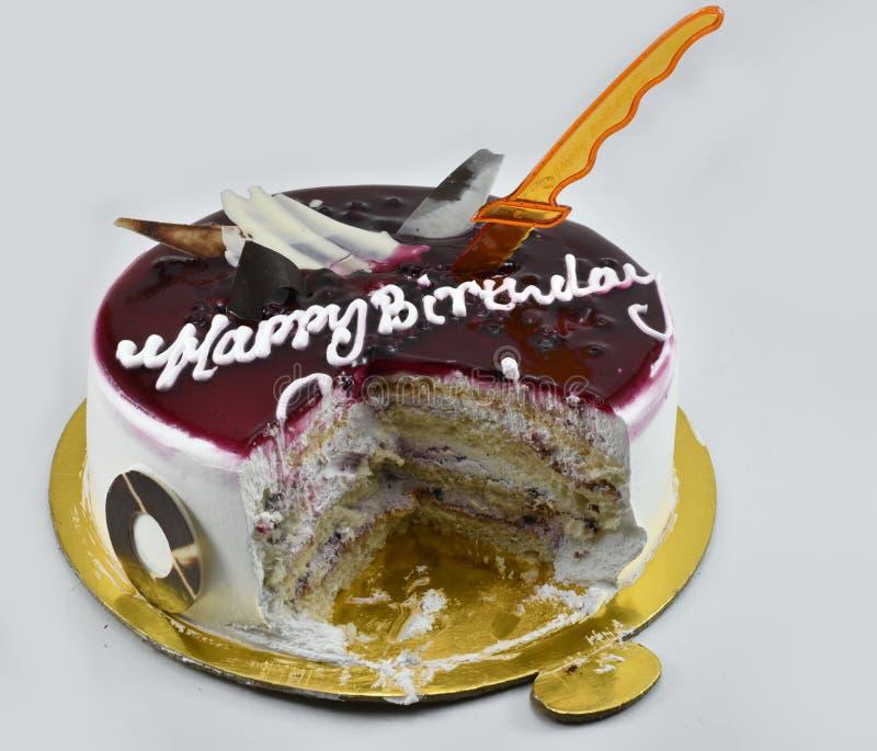 Torta de cumpleaños deliciosa del arándano, feliz cumpleaños, hora de celebrar, aislado en el fondo blanco fotos de archivo
