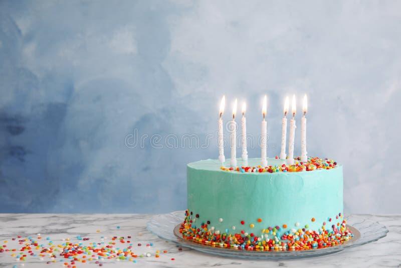 Torta de cumpleaños deliciosa fresca con las velas fotos de archivo
