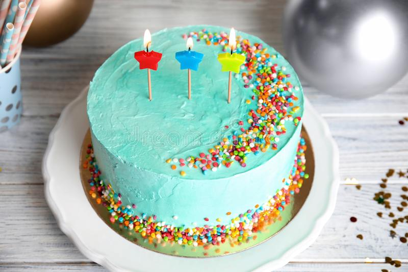 Torta de cumpleaños deliciosa fresca con las velas fotos de archivo libres de regalías