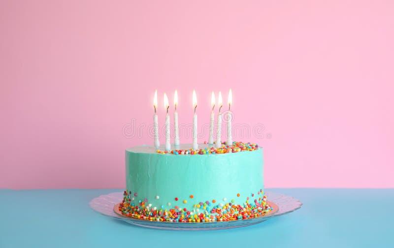 Torta de cumpleaños deliciosa fresca con las velas en la tabla imagen de archivo