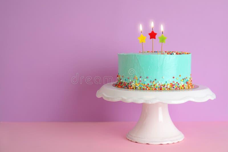 Torta de cumpleaños deliciosa fresca con las velas en soporte imagen de archivo libre de regalías