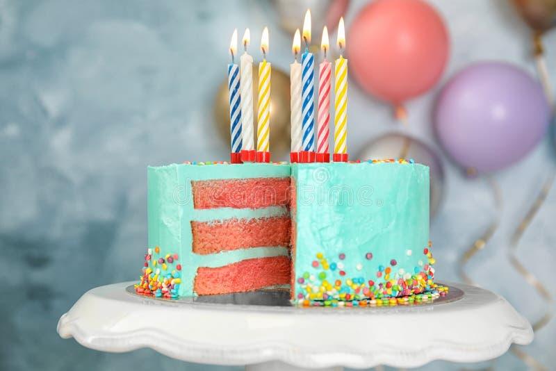 Torta de cumpleaños deliciosa fresca con las velas en soporte imagenes de archivo