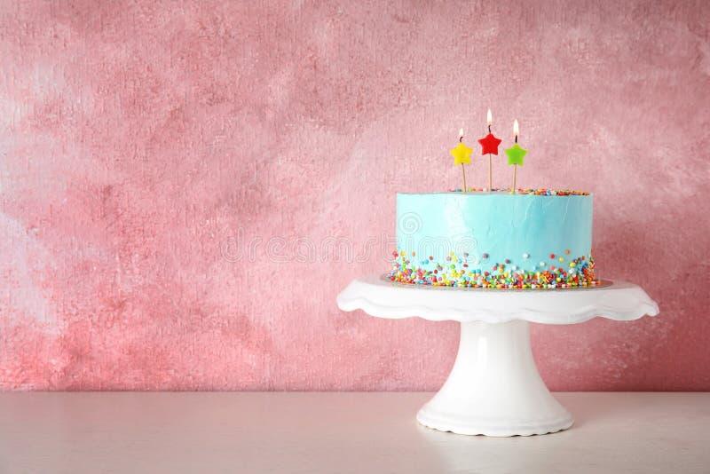 Torta de cumpleaños deliciosa fresca con las velas en soporte fotografía de archivo