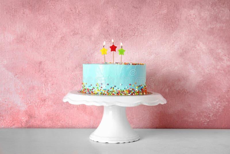 Torta de cumpleaños deliciosa fresca con las velas en soporte fotos de archivo