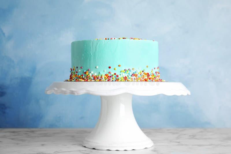 Torta de cumpleaños deliciosa fresca en soporte foto de archivo