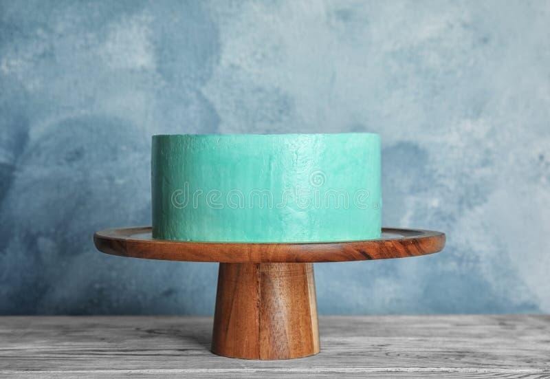 Torta de cumpleaños deliciosa fresca en soporte fotografía de archivo