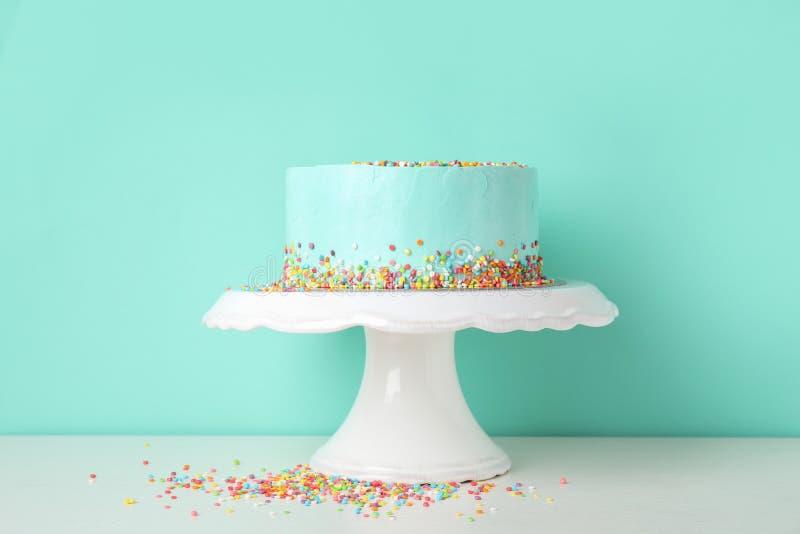 Torta de cumpleaños deliciosa fresca en soporte fotos de archivo libres de regalías