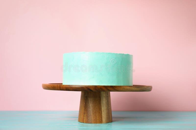 Torta de cumpleaños deliciosa fresca en soporte imagen de archivo