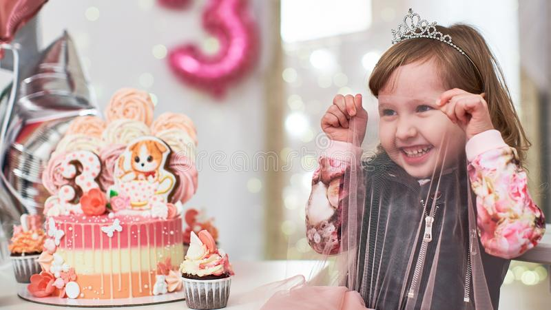 Torta de cumpleaños durante 3 años adornada con las mariposas, el gatito del pan de jengibre con la formación de hielo y el númer foto de archivo