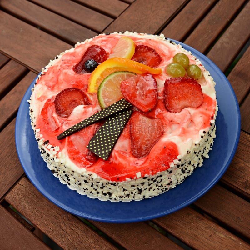 torta de cumpleaños en la tabla imagen de archivo libre de regalías