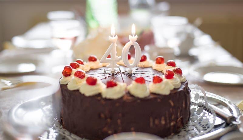 40.a torta de cumpleaños feliz en la tabla foto de archivo