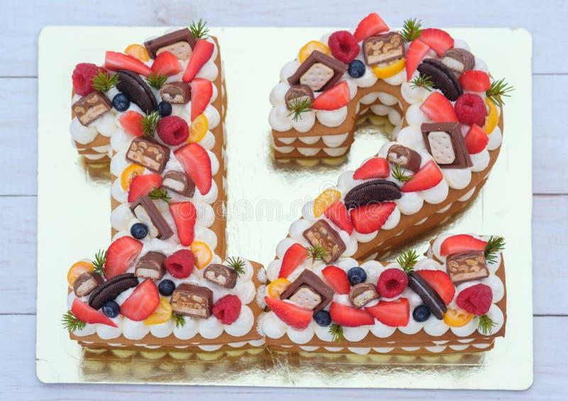 Torta de cumpleaños hermosa bajo la forma de número doce imágenes de archivo libres de regalías