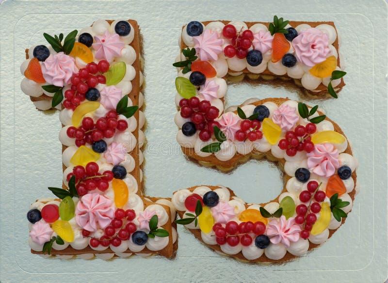 Torta de cumpleaños hermosa bajo la forma de número quince fotografía de archivo