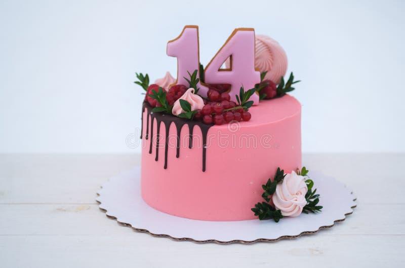 Torta de cumpleaños hermosa con el número catorce fotos de archivo libres de regalías