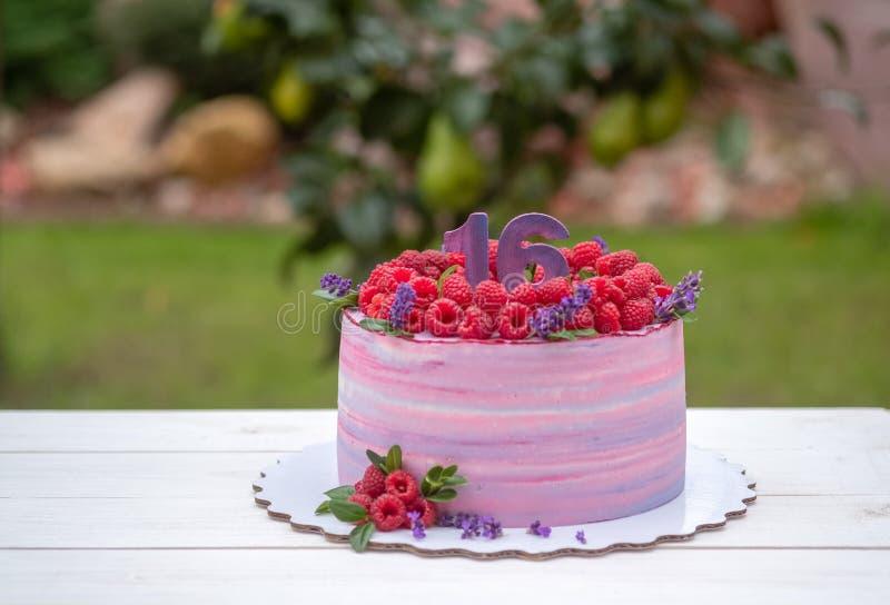 Torta de cumpleaños hermosa con el número dieciséis fotografía de archivo