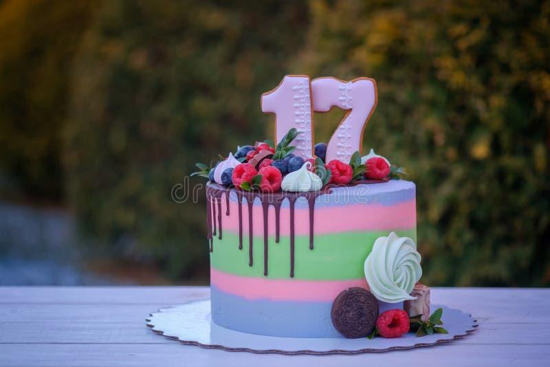 Torta de cumpleaños hermosa con el número diecisiete foto de archivo libre de regalías