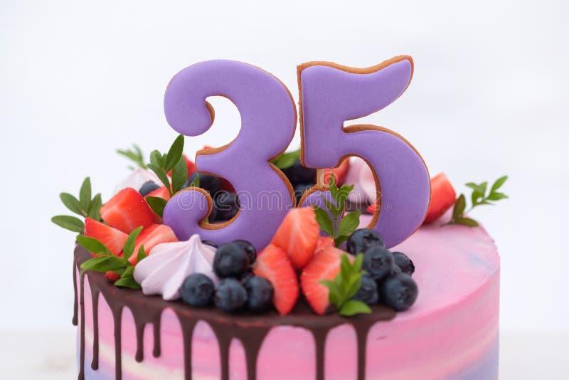 Torta de cumpleaños hermosa con el número treinta y cinco fotografía de archivo libre de regalías