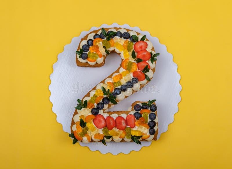 Torta de cumpleaños hermosa en la forma de dos figuras fotos de archivo