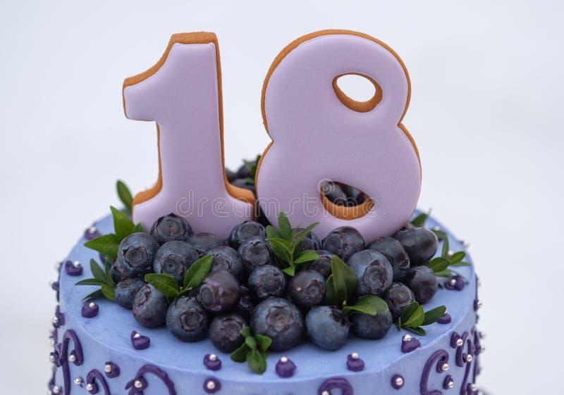Torta de cumpleaños hermosa en tonos de la lila con el número dieciocho fotos de archivo libres de regalías