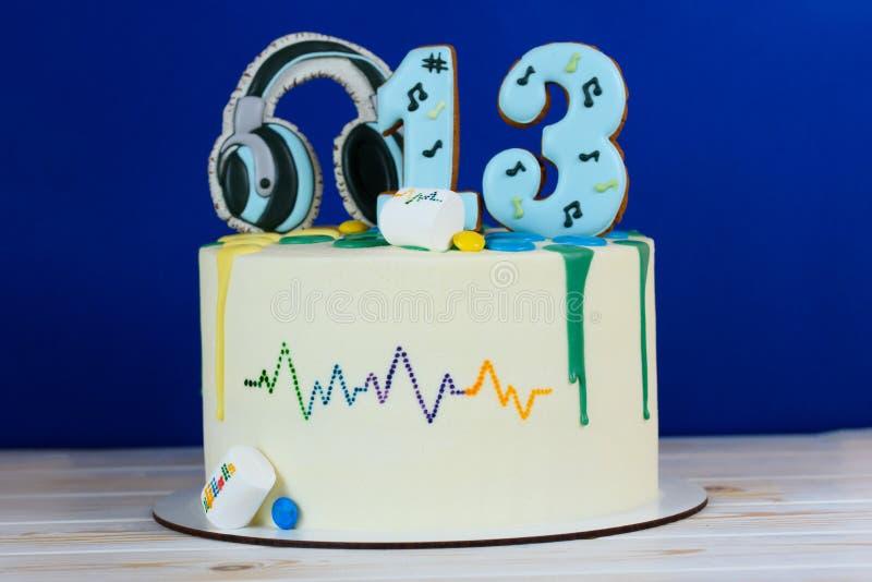 Torta de cumpleaños hermosa en un estilo musical Ma?ana en el lago en monta?as gigantes en Polonia imagen de archivo libre de regalías
