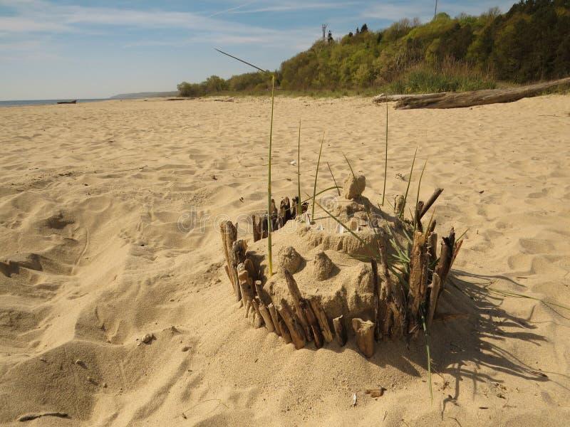 Torta de cumpleaños de la arena en la playa fotos de archivo libres de regalías