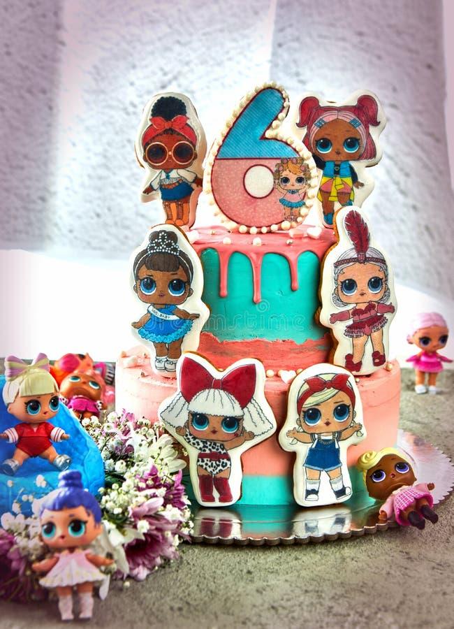 Torta de cumpleaños de Lol para las muchachas 6 años fotos de archivo libres de regalías