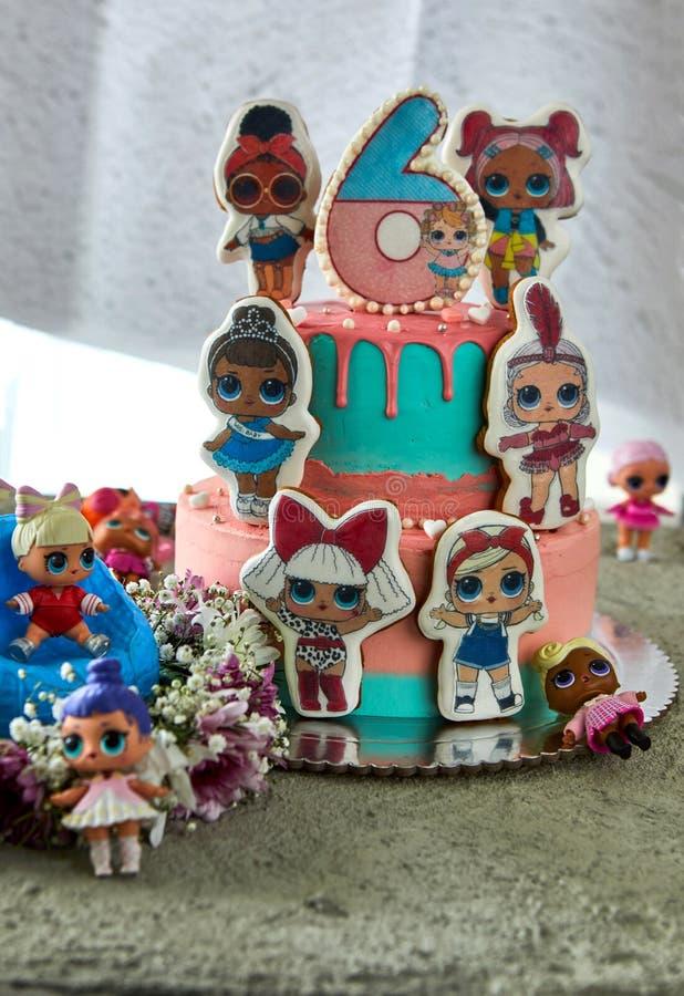 Torta de cumpleaños de Lol para las muchachas 6 años foto de archivo libre de regalías