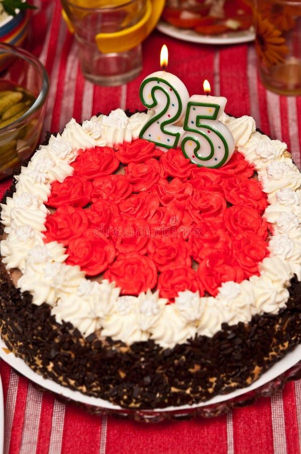 Torta de cumpleaños para veinte de cinco años imagen de archivo