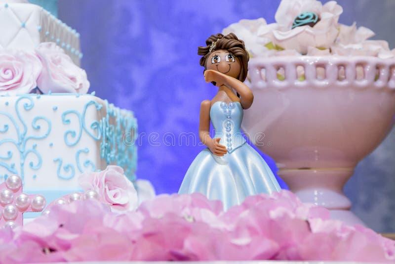 Torta de cumpleaños que adorna las muñecas fotos de archivo