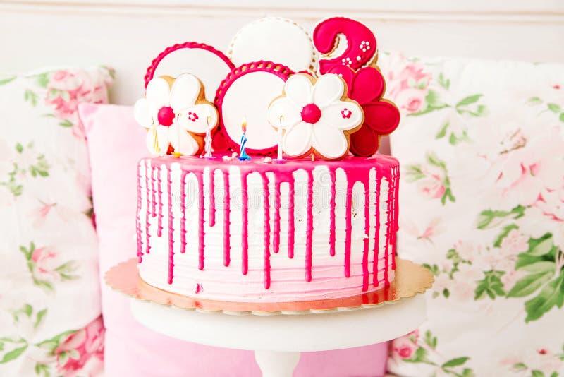 Torta de cumpleaños rosada imagen de archivo libre de regalías