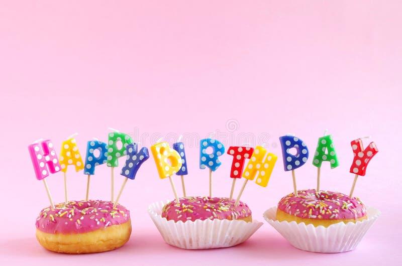 Torta de cumpleaños rosada foto de archivo