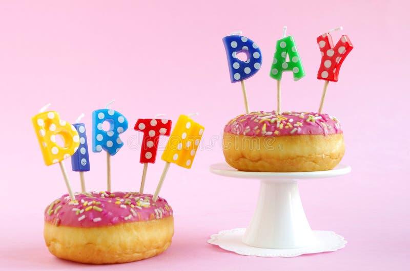 Torta de cumpleaños rosada fotografía de archivo libre de regalías
