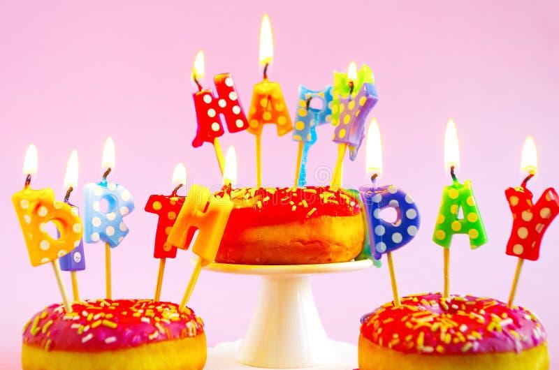 Torta de cumpleaños rosada imagenes de archivo