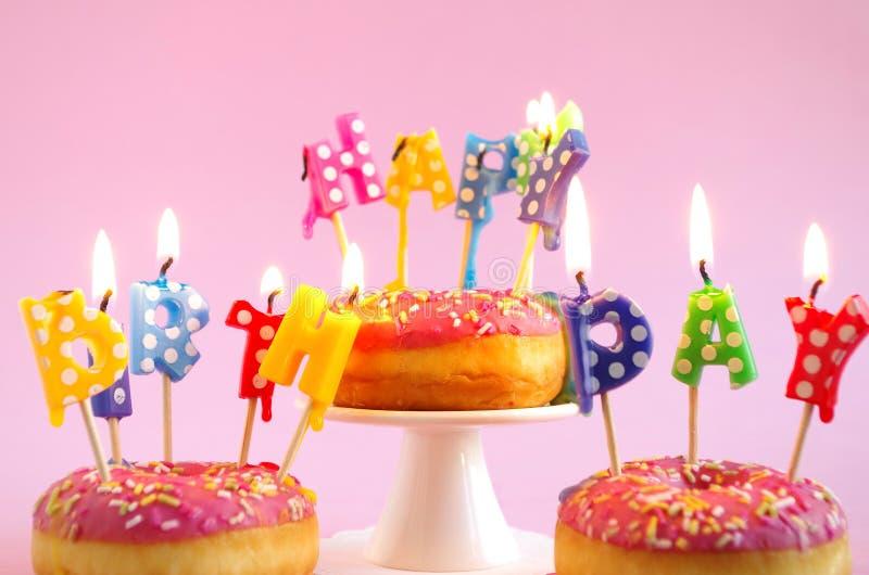 Torta de cumpleaños rosada foto de archivo libre de regalías