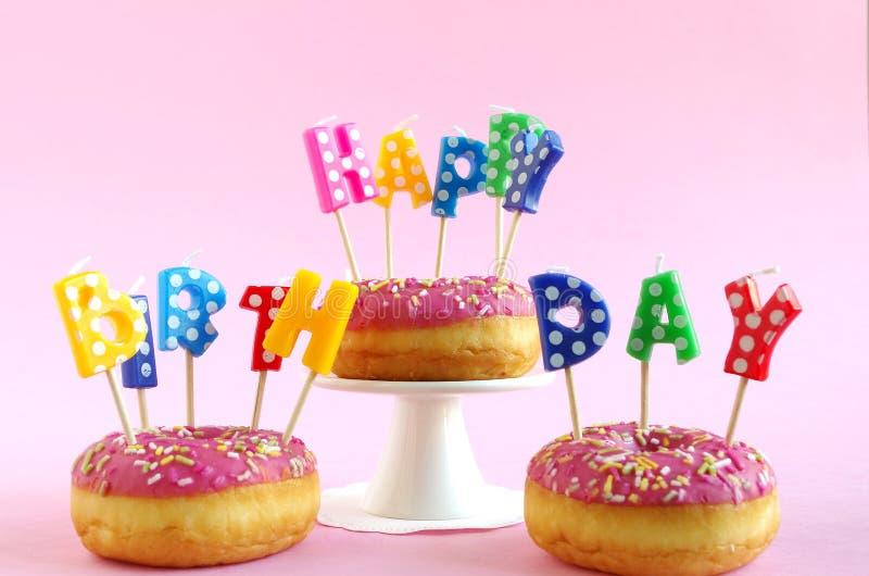 Torta de cumpleaños rosada imagen de archivo