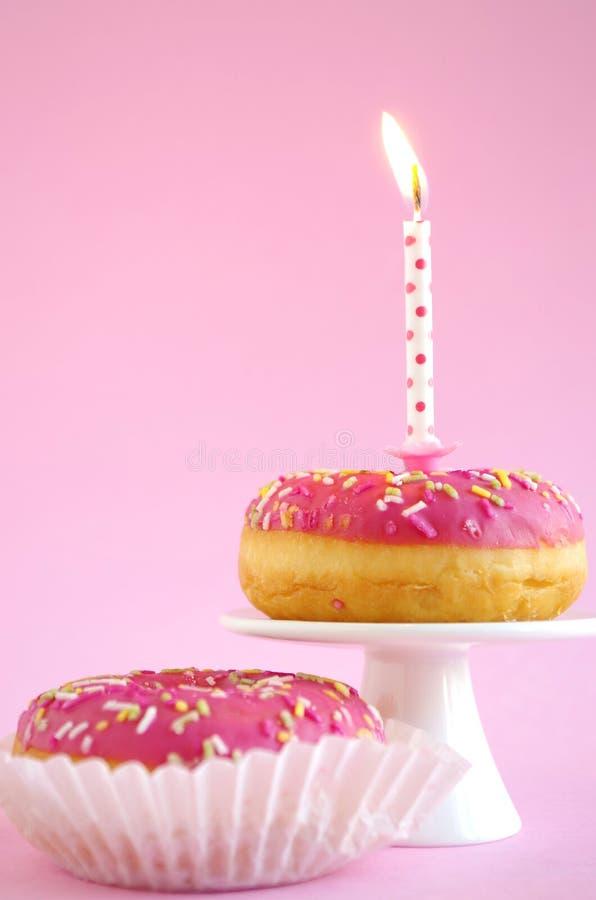 Torta de cumpleaños rosada imágenes de archivo libres de regalías
