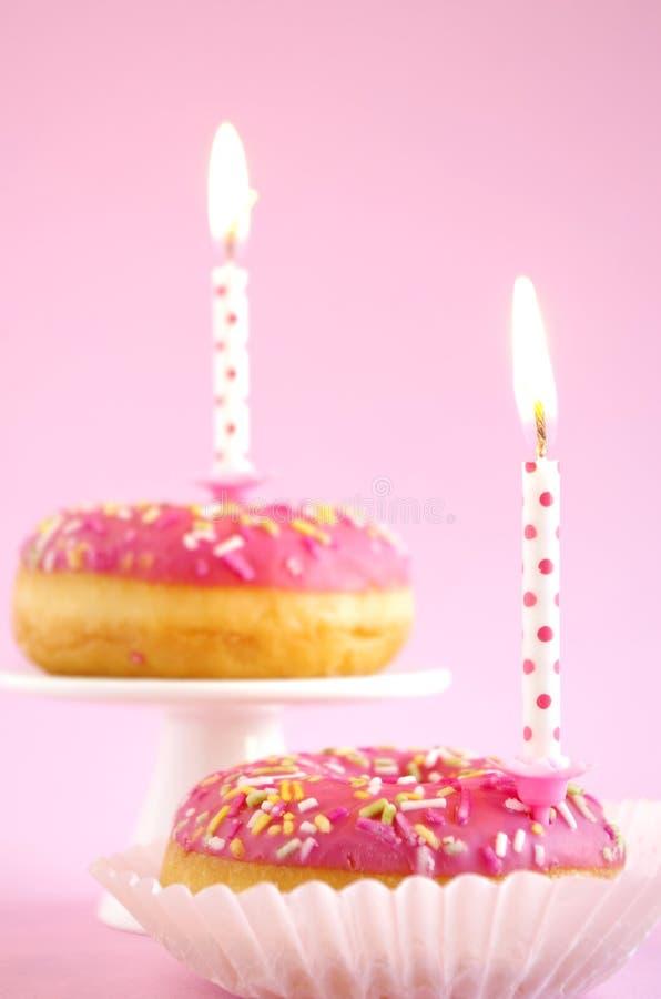 Torta de cumpleaños rosada fotos de archivo