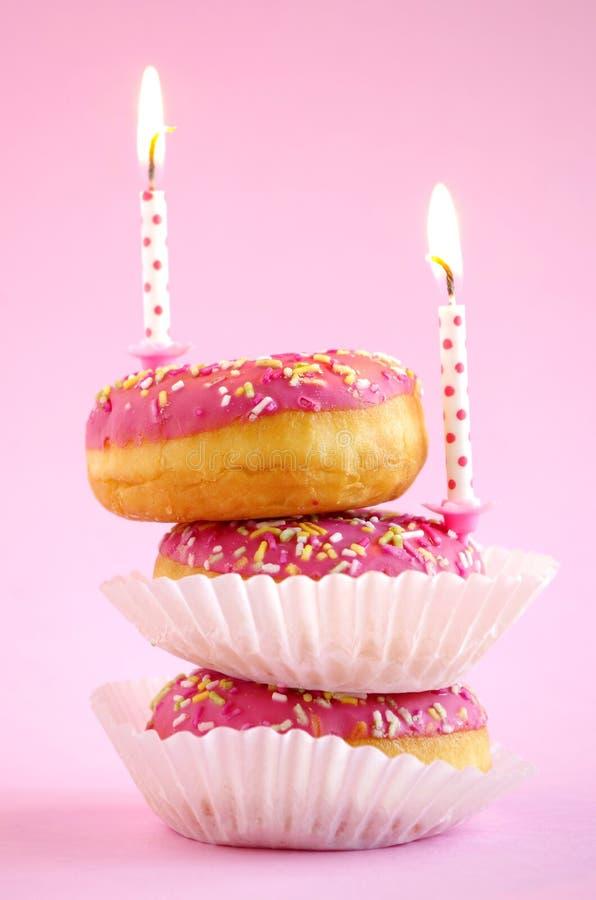 Torta de cumpleaños rosada fotos de archivo libres de regalías