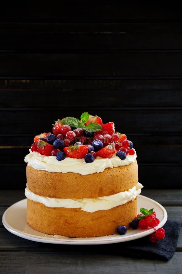 Torta de esponja con crema azotada fotografía de archivo libre de regalías