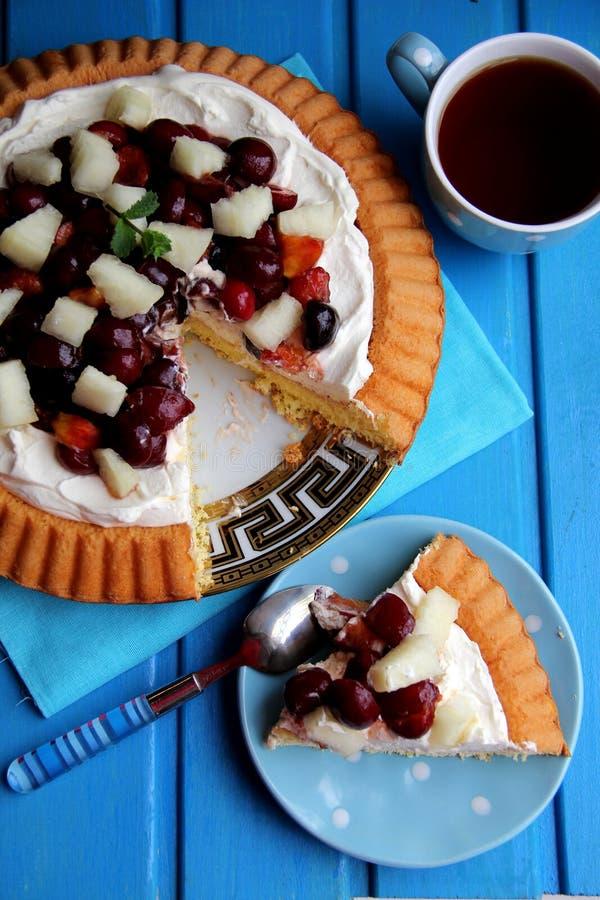Torta de esponja con la crema y la fruta de chantilly. imagen de archivo libre de regalías
